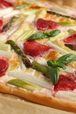 Spargel-Erdbeer-Pizza