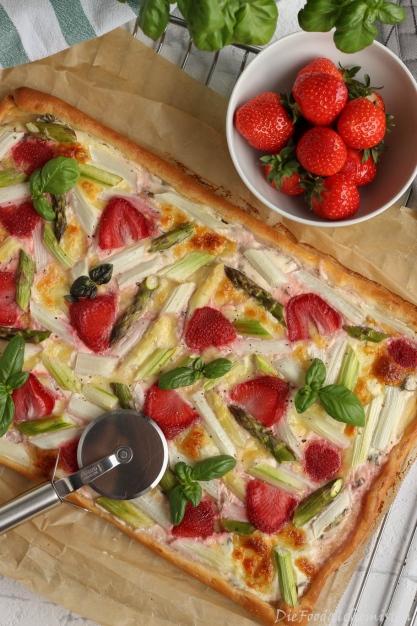Spargel-Erdbeer-Pizza1
